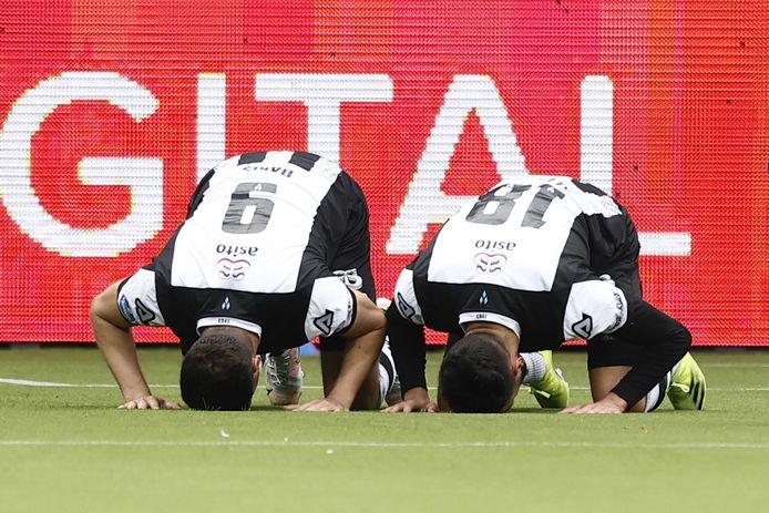 Sinan Bakis en Ismail Azzaoui vieren de 4-0.