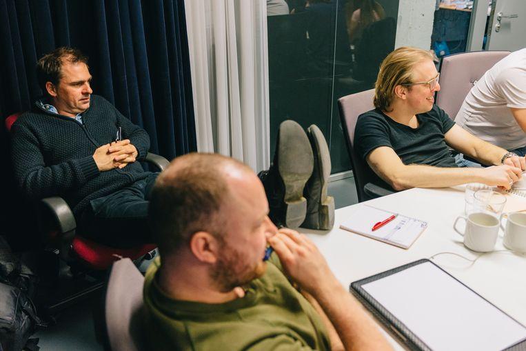 Luc Haekens, Jan Jaap van der Wal en Bart Van Peer begrijpen dat brainstormen best in een relaxte sfeer gebeurt. Beeld Illias Teirlinck