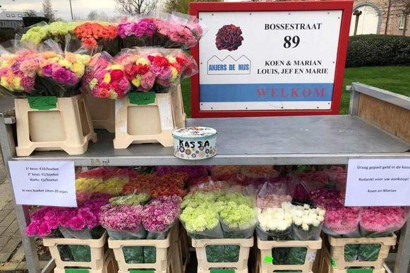 Voor de deur van Anjers De Nijs staat ook een bloemenkraampje.