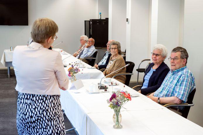 Pix4Profs-Ron Magielse Bruidsparen die hun 60-, 65- of 70-jarige bruiloft door corona niet met burgemeester Miranda de Vries hebben kunnen vieren, komen nu alsnog in groepjes bij haar op bezoek in het oude raadhuis. Op de voorgrond de heer en mevrouw Graumans-Spitters.