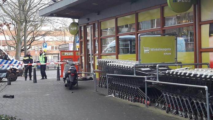 Een scooter bleef na de inbraak achter op het Smaragdplein.