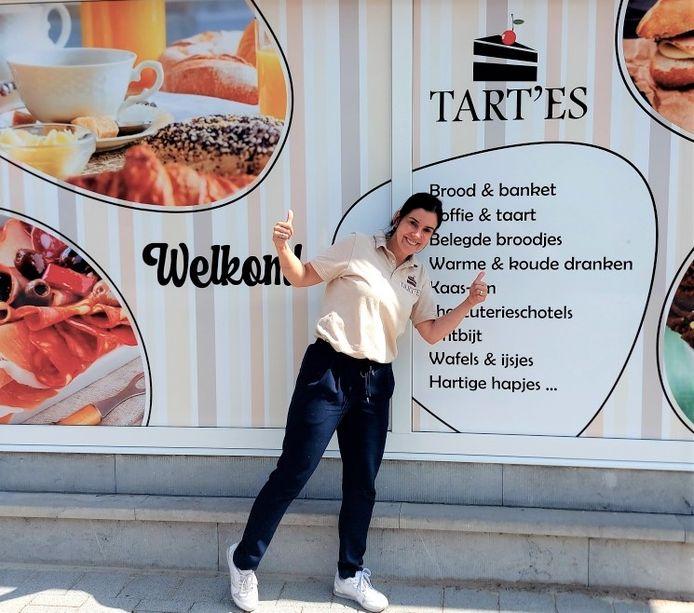 Esra Van Bourgonie bij haar nieuwe zaak Tart'es in Herselt.
