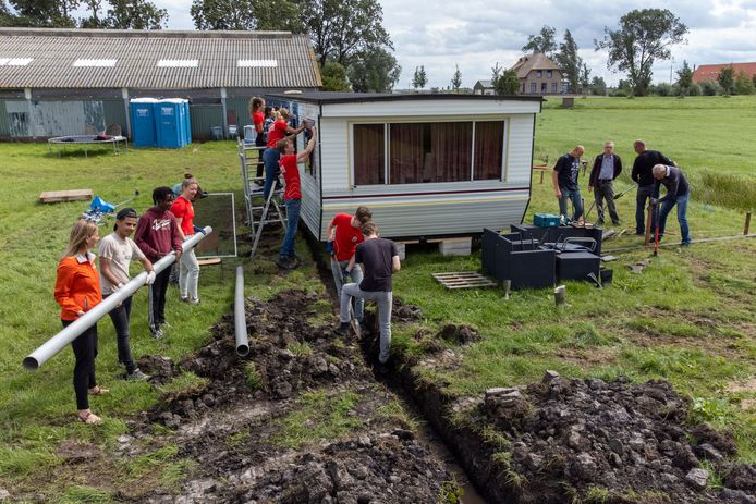 Een groep van 24 jongeren van World Servants werkt deze week mee op het terrein van Het 8ste Werk aan de Zwartendijk in Kampen. Hier moeten appartementen komen waar mensen tijdelijke kunnen wonen om hun leven weer op de rit te krijgen.