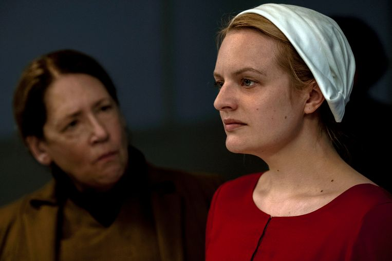 Ann Dowd (l.) en Elisabeth Moss in een scène van 'The Handmaid's Tale', waarvan het tweede seizoen nu loopt.  Beeld AP