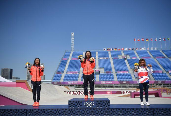 Het podium, met links Kokona Hiraki (12), dan Sakura Yosozumi (19) en rechts Sky Brown (13).