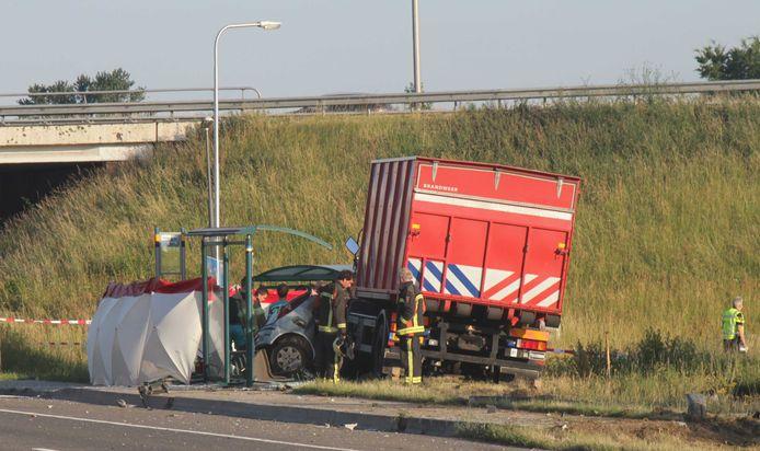In Deventer is door een aanrijding tussen een personenauto en een voertuig van de brandweer een dode gevallen. De bestuurder van de personenauto kwam bij het ongeval om het leven.