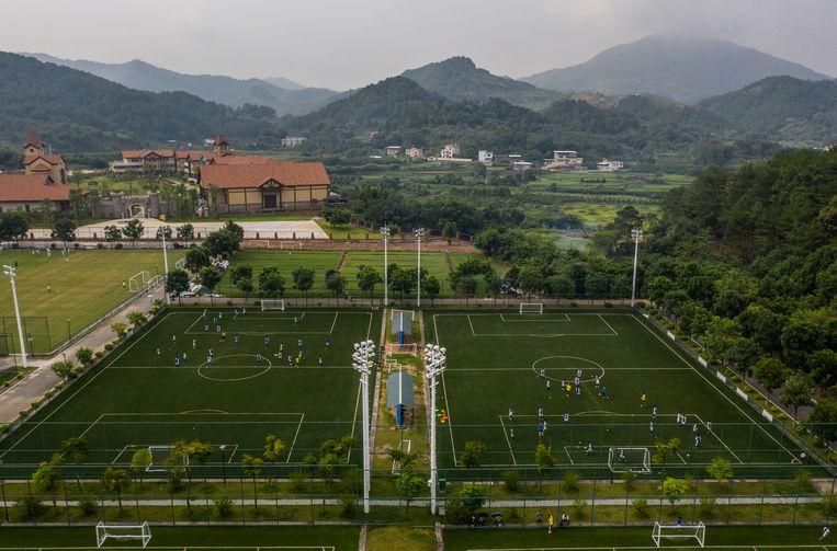 De velden van de jeugdopleiding van Guangzhou R&F. Beeld AFP