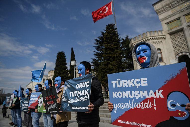 Demonstranten betogen in Istanbul in de kleuren van de vlag van Oost-Turkestan, die door de Oeigoeren in China wordt gebruikt. Beeld Hollandse Hoogte / AFP