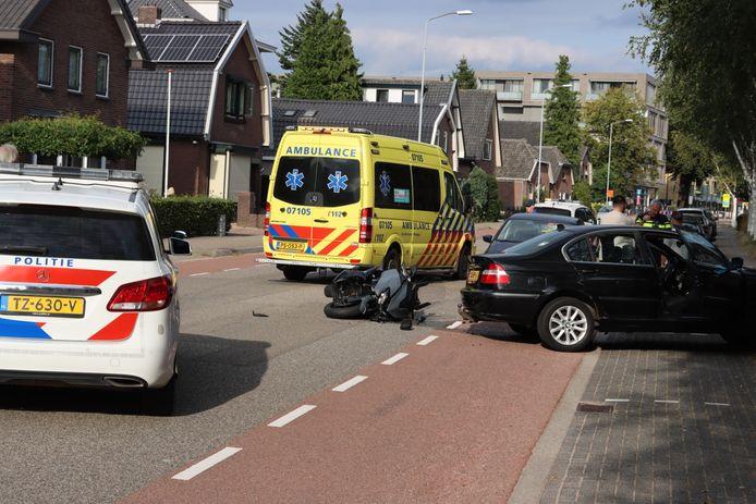 Hulpdiensten op de Veenderweg in Ede na de aanrijding tussen een auto en een motor.