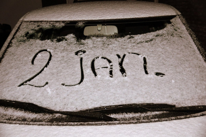 Sneeuw op een auto in Budel