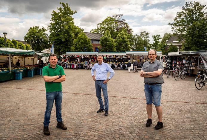 Koopmannen Maurick van der Heijden, John van Gemert en Berrie Smits. Hun families staan al een halve eeuw op Gemertse weekmarkt.