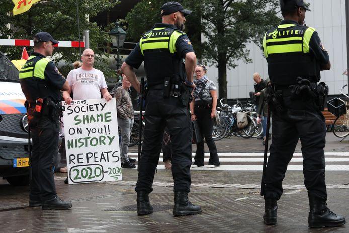 De politie hield de demonstranten tegen op de Turfmarkt in Den Haag.