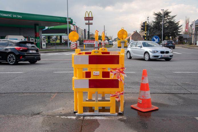 Onder het kruispunt moet een waterlek worden gedicht.