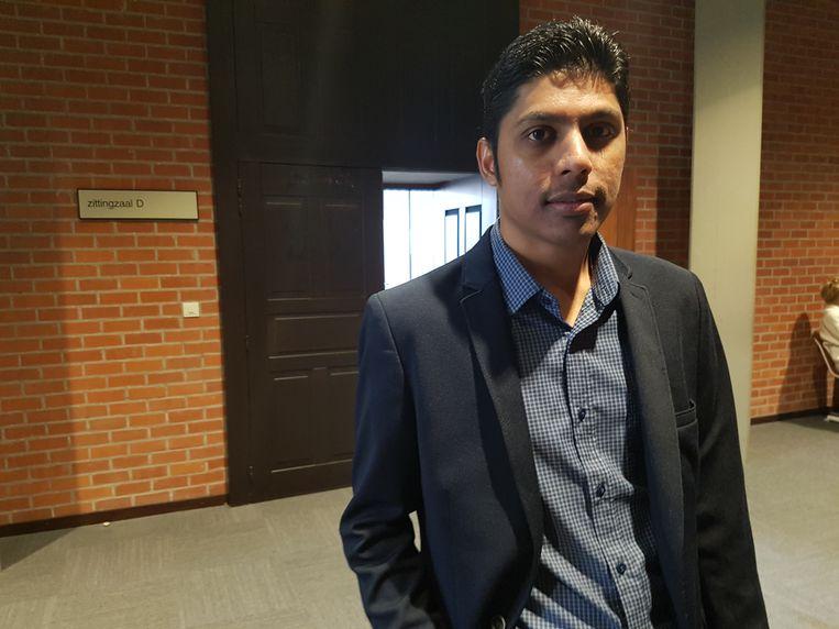 Slachtoffer Yashvin Samjhu uit Mauritius zakte vanuit Duitsland af naar de rechtbank van Brugge om een schadevergoeding te eisen. Samen met zijn ouders werd hij op 3 augustus door de nepagenten bestolen in Gent.