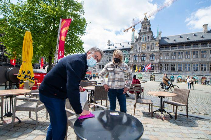 Schepen Koen Kennis (N-VA) komt de cafébazen op de Grote Markt een handje helpen.