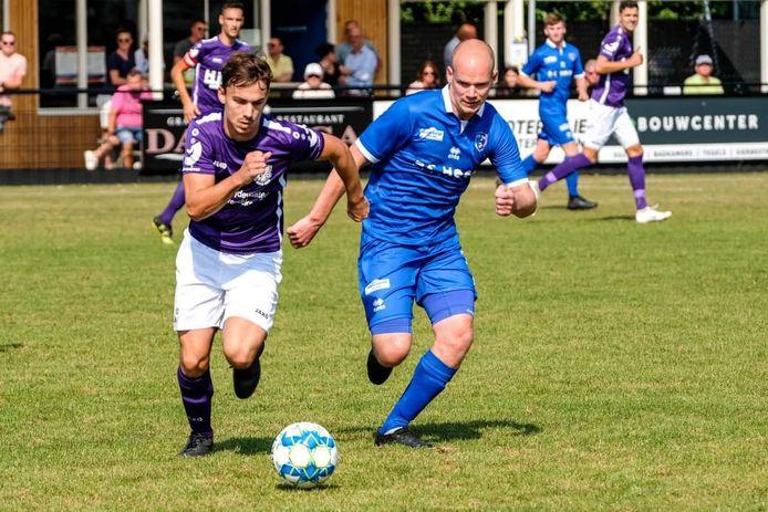 Julian Nieuwland (links) probeert een speler van FCAxel achter zich te laten.