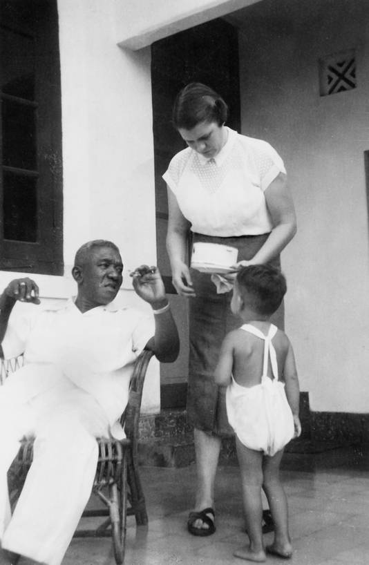 Nelleke en Adel met Irving op de veranda van hun huis in Makassar op het eiland Celebes