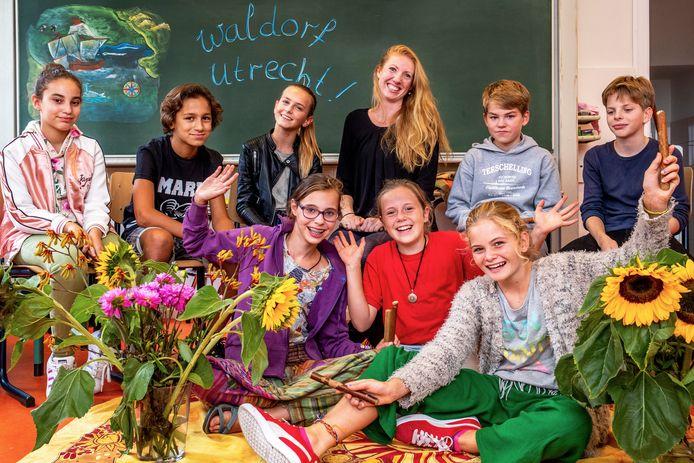 Leerlingen van klas 7a/7b (equivalent van de brugklas) van Waldorf Utrecht, de vrijeschool voor voortgezet onderwijs, onder de vlag van het  St. Gregorius.