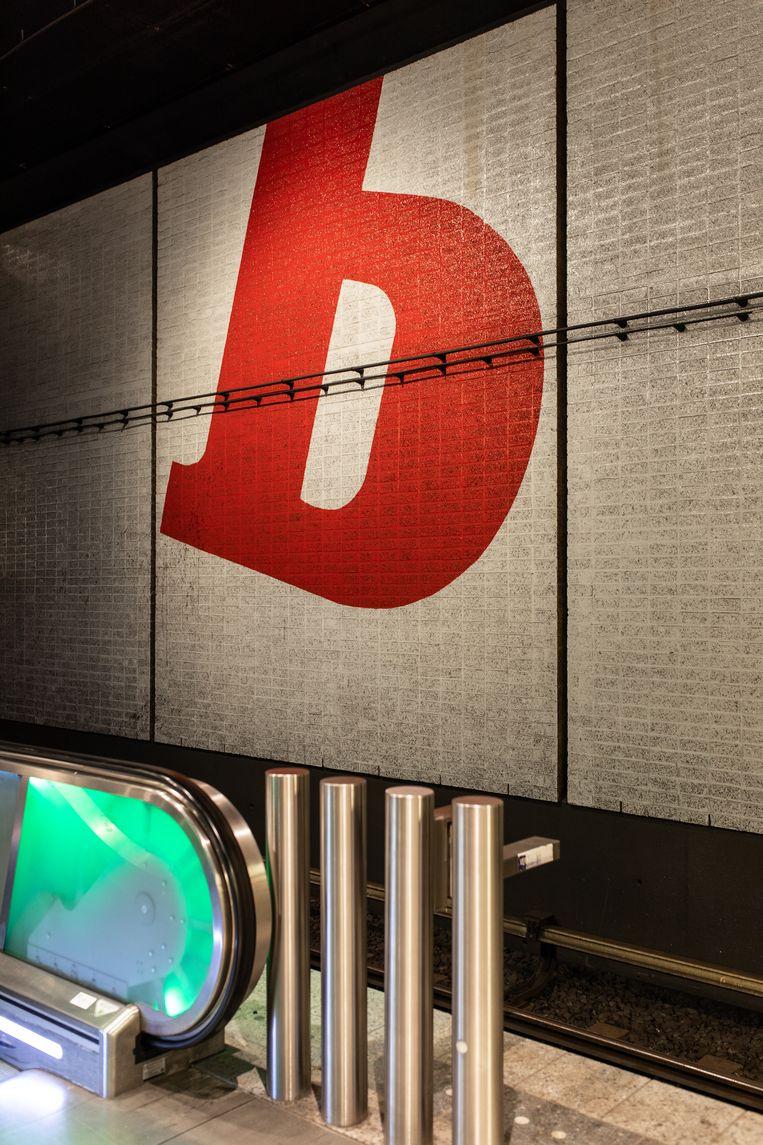 Op 12 september waren we in metrostation Wibautstraat, uit 1977, waar kunstwerken verwijzen naar de toen daar gehuisveste dagbladen de Volkskrant, Trouw en Het Parool. Winnaar van het jaarabonnement op Ons Amsterdam is Margriet Berger. Beeld Nosh Neneh