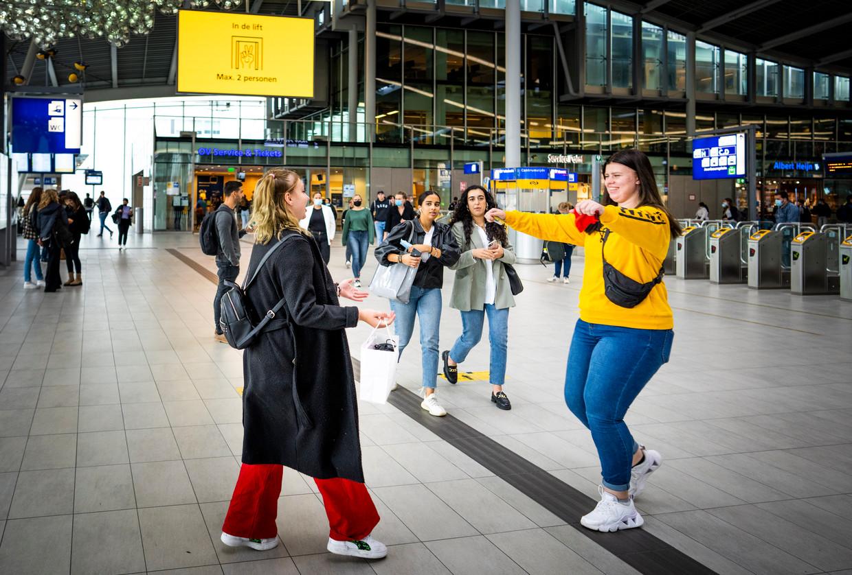 Chantal van Galen begroet op het Centraal Station van Utrecht een vriendin die ze meer dan een jaar niet heeft gezien. Beeld Freek Van Den Bergh / de Volkskrant