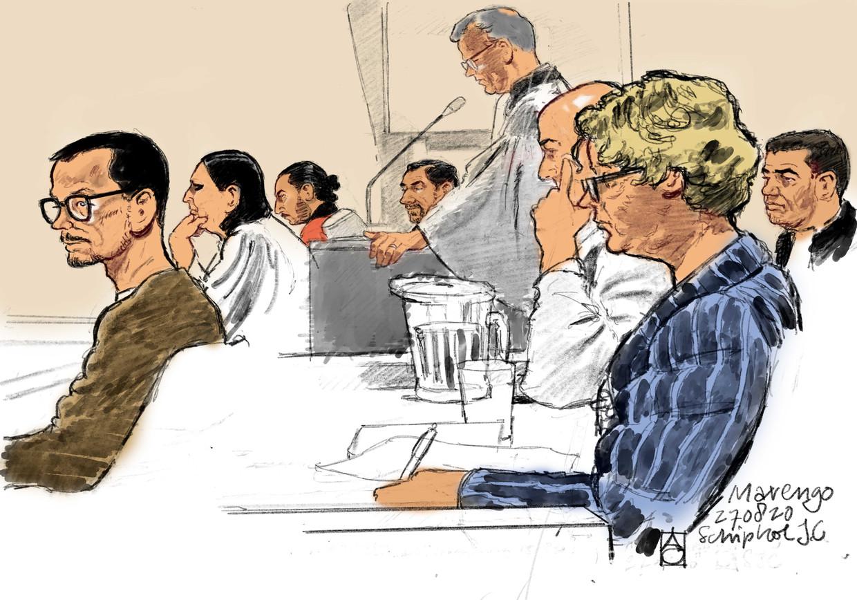 Rechtbanktekening met (vlnr) verdachte Arthur M., advocaat Inez Weski, verdachten Achraf B. en Mohammed R., en advocaten Nico Meijering, Christian Flokstra, Benedicte Ficq, Yassine Bouchikhi in de extra beveiligde rechtbank op Schiphol. Beeld ANP