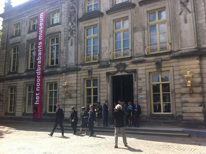 Prinses Beatrix verlaat het museum.