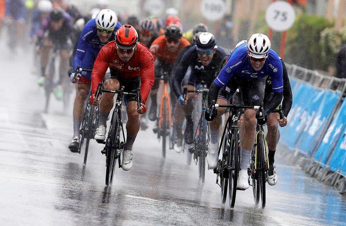Plus rapide que Timothy Dupont et Caleb Ewan, Arnaud Démare remporte sa deuxième victoire de la saison.