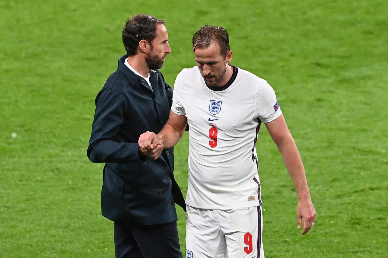 Engeland - Schotland, 74ste minuut. Net als tegen Kroatië wisselt bondscoach Gareth Southgate zijn aanvoerder.