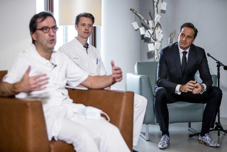 Afdelingshoofd IC Diederik Gommers van Erasmus MC (links) en Hugo de Jonge, minister van Volksgezondheid, Welzijn en Sport (rechts).  Beeld ANP