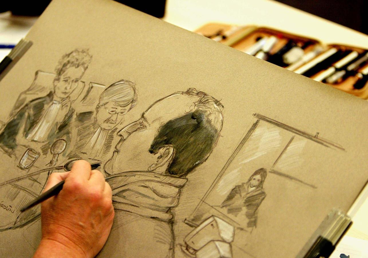Archiefbeeld uit 2006: Een rechtbanktekenaar werkt aan de beeltenis van de stiefvader van Rowena Rikkers.