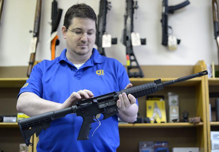 Een wapenverkoper in Georgia toont zijn waar.  Beeld EPA