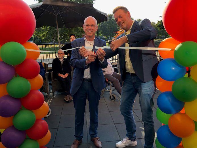 De dagbesteding werd officieel in gebruik genomen door wethouder Bas van Wakeren en locatiemanager Alex Sijtsma (rechts).