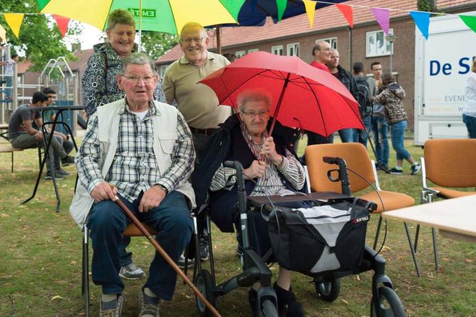 Oudere bewoners van de Waterhoef vieren de ingebruikname van het Trefpunt aan de Burghtakkerdreeg