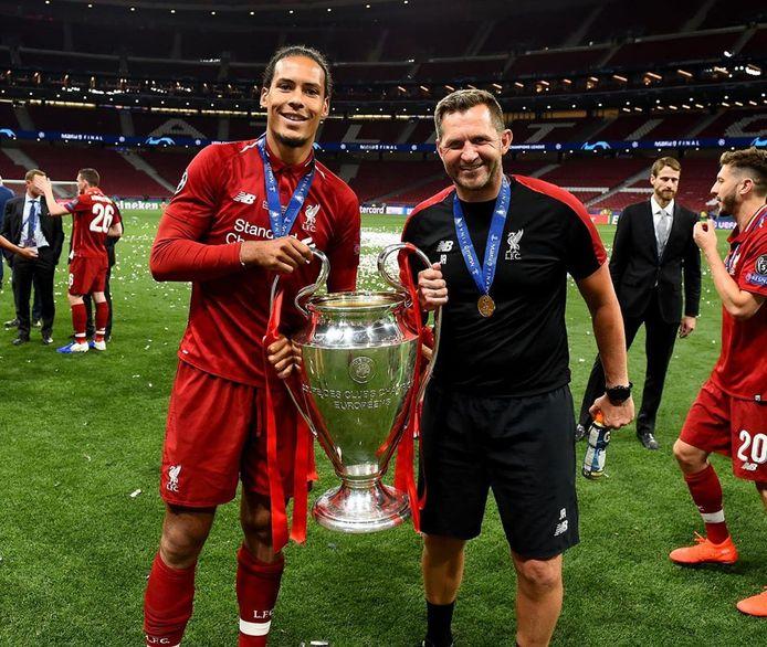 Keeperstrainer John Achterberg (r) van Liverpool met Virgil van Dijk na het behalen van de landstitel.