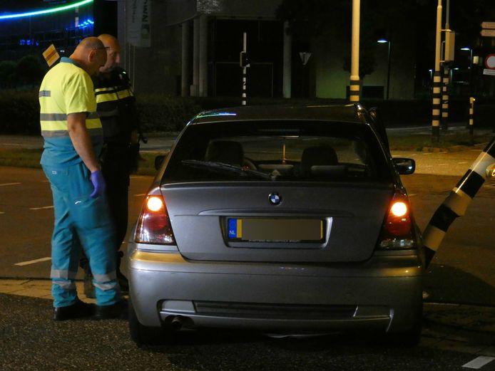 De beschadigde auto op het Takenhofplein in Nijmegen.