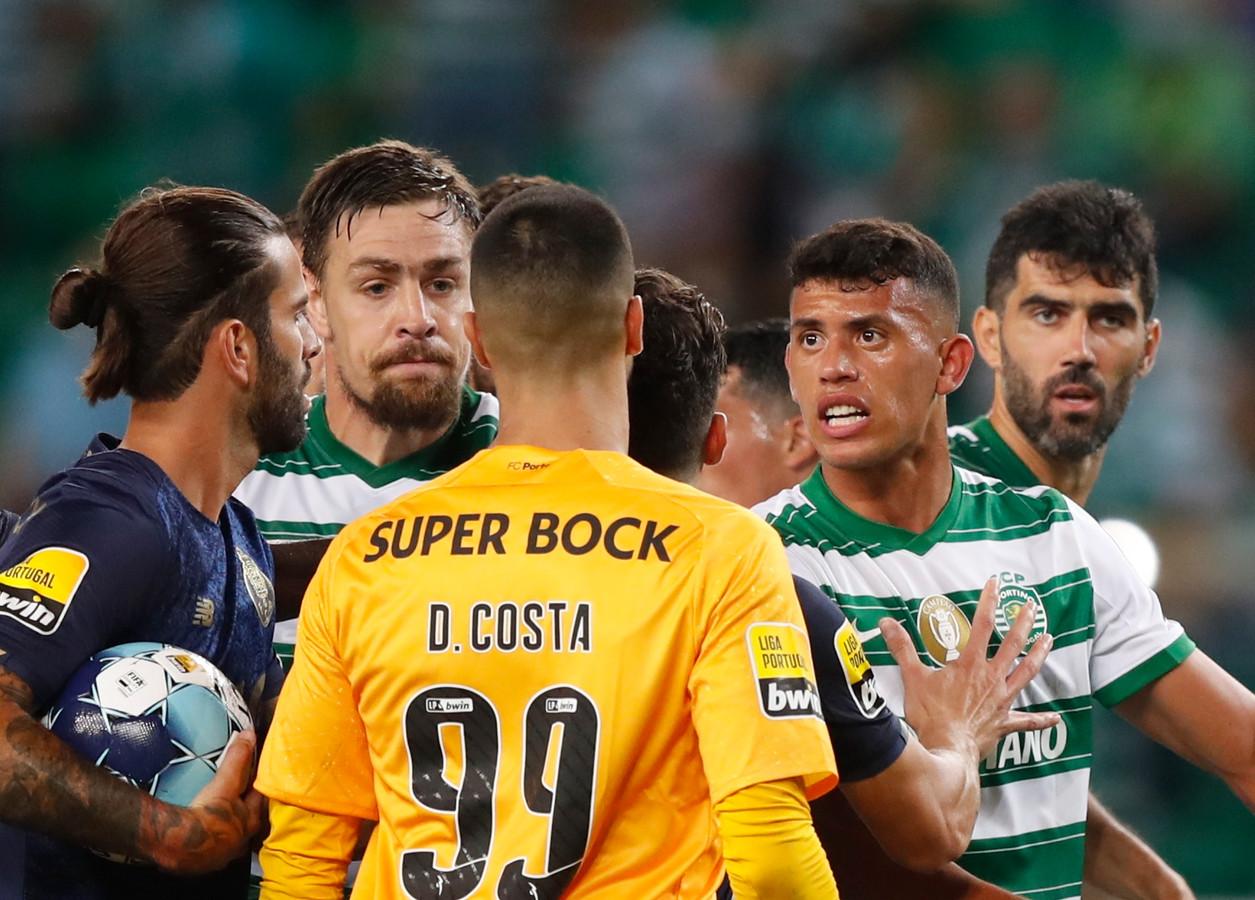 Matheus Nunes (tweede van rechts) in de clinch met spelers van FC Porto.