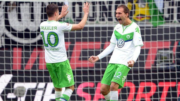 Het Duitse talent Julian Draxler en Nederlandse spits Bas Dost. Beeld anp