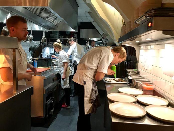 Sijbren Bartlema aan het werk in de keuken