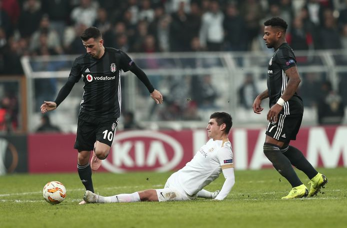 Oğuzhan Özyakup (links) en Jeramain Lens (rechts) in actie namens Besiktas.