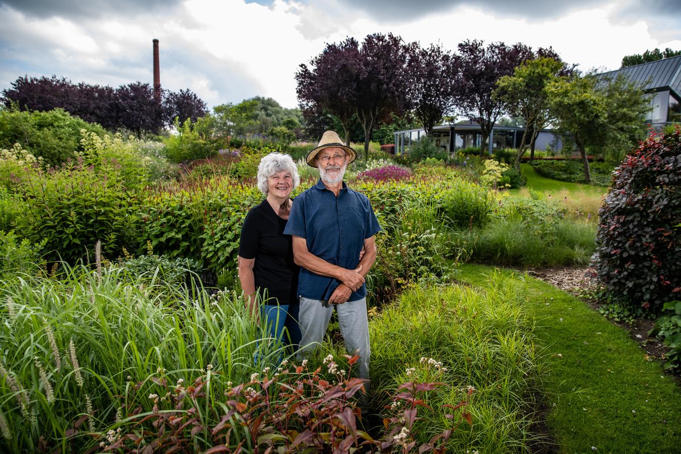 Josée en Willem de Haan in hun enorme tuin.