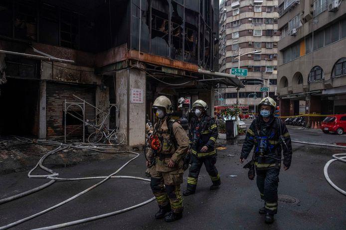 I vigili del fuoco si preparano a entrare nel grattacielo.