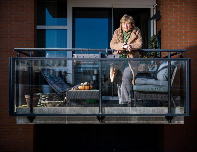 Mevrouw Derks (77) zit alleen thuis in haar appartement in Waddinxveen. Ze valt in een risicogroep omdat ze nierkanker heeft gehad. Beeld Jiri Büller