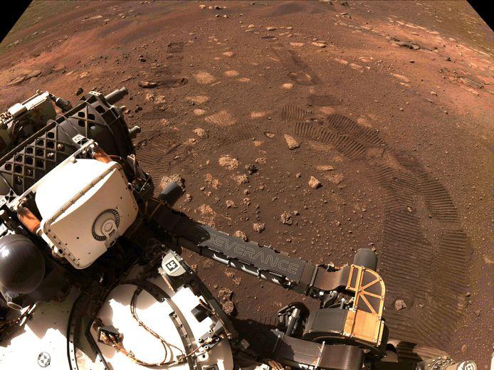 Beeld van de eerste rit van de marsverkenner Perseverance op de rode planeet, met duidelijk zichtbaar de bandafdruk van het voertuig.