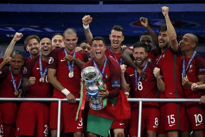 Portugal en Cristiano Ronaldo vieren het winnen van het EK van 2016.