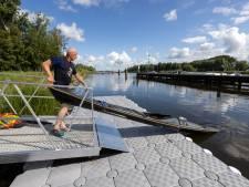 Blauwe plekken van de kano op de nek bij passeren Reevesluis bij Kampen