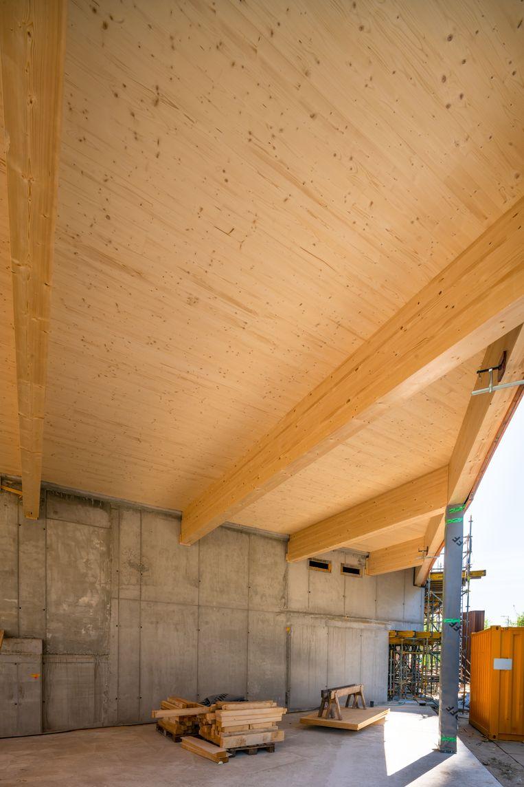 Aan de 73 meter hoge houten woontoren Haut bij het Amstelstation wordt volop gebouwd. Beeld Jannes Linders