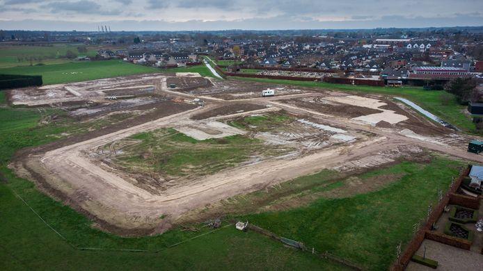 Het grondwerk voor het terpwijkje Tuyn van Limes is klaar. Rechts boven de aanstaande nieuwbouw de Willibrordusschool, links daarvan het kerkhof en weer links daarvan de terpwijkjes Kleefse Kamp en Tusculum.