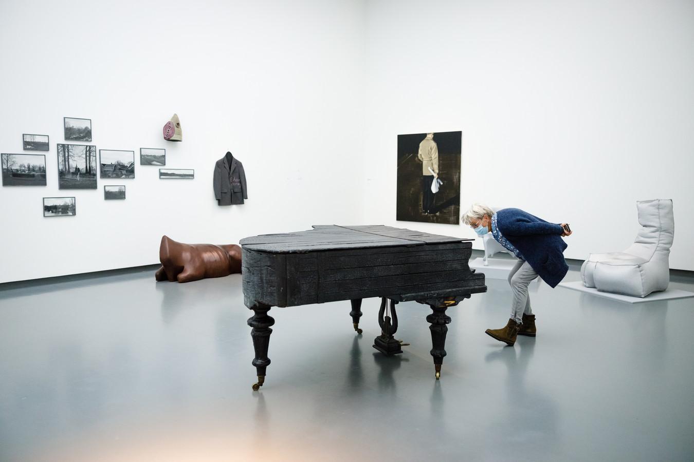 In het Van Abbe, met onder meer de 'Smoke piano' van Maarten Baas.