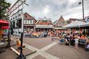 Op het Kerkplein in Ommen keken toeschouwers in de zomer van 2017 op grote schermen naar de finale tussen Nederland en Denemarken van het EK vrouwenvoetbal.