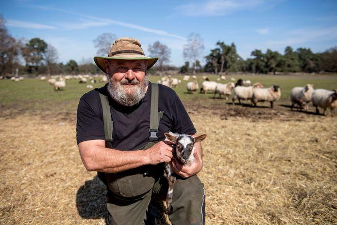 In de schaapskudde op De Borkeld worden momenteel tientallen lammeren geboren. Wie dat wil, kan er eentje adopteren. Op de foto herder Jos Duurland met een lam.